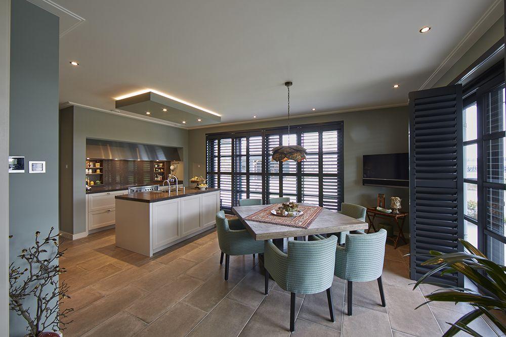 Witte Keuken Sfeer : In deze klassieke villa creëren de zwarte shutters van zonnelux een