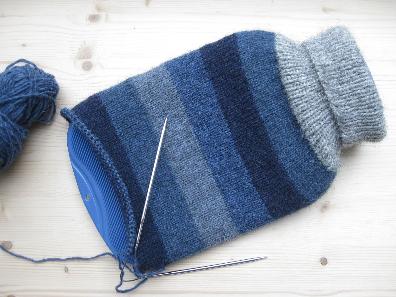 Photo of copyright www.birthe.eu Birthe Sülwald Knit hot water bottle cover yourself