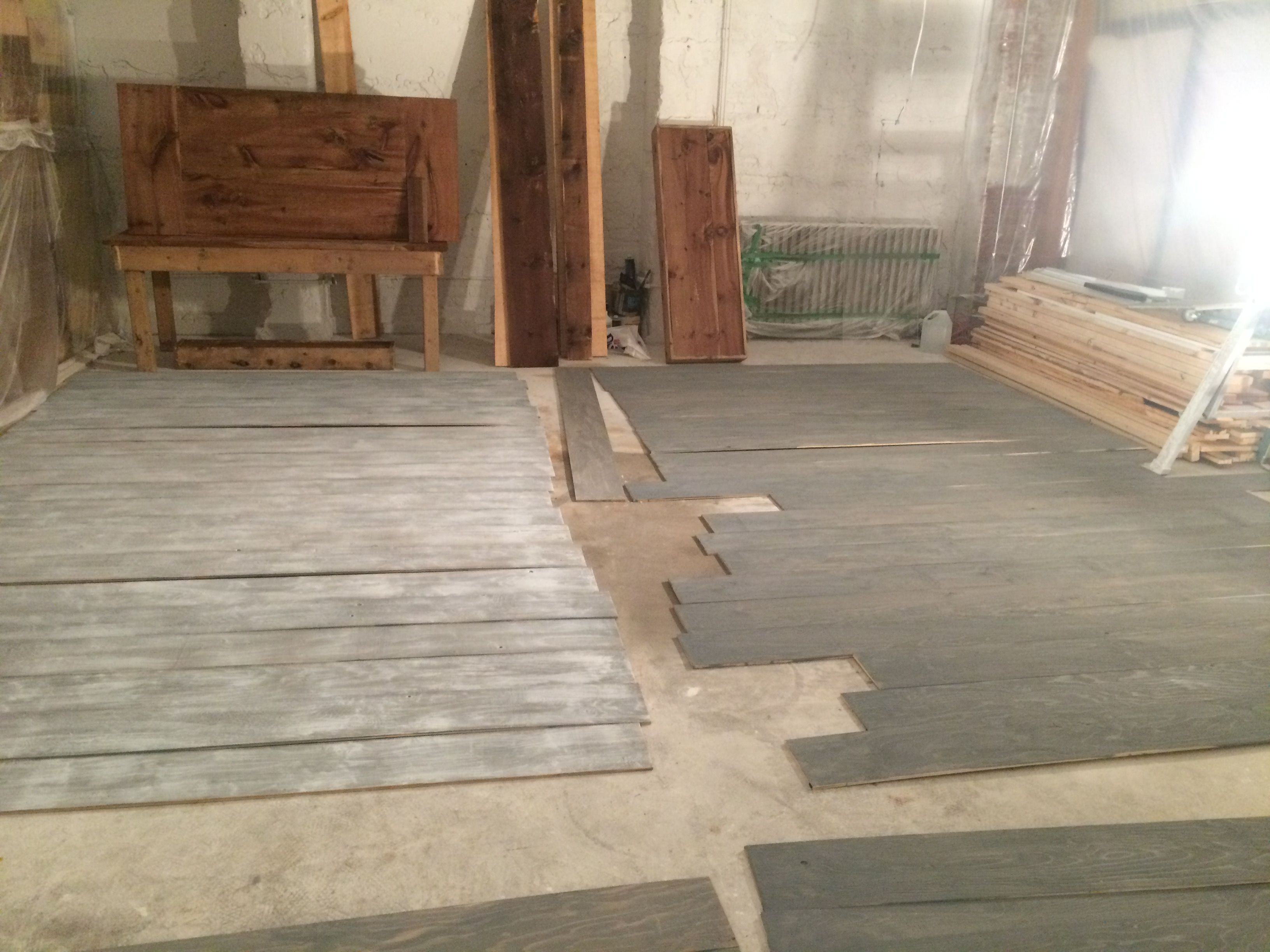 Here is the floor in its second and third stage. We applied a gray wash on the right. Then finish with white paint dry brush on the left.