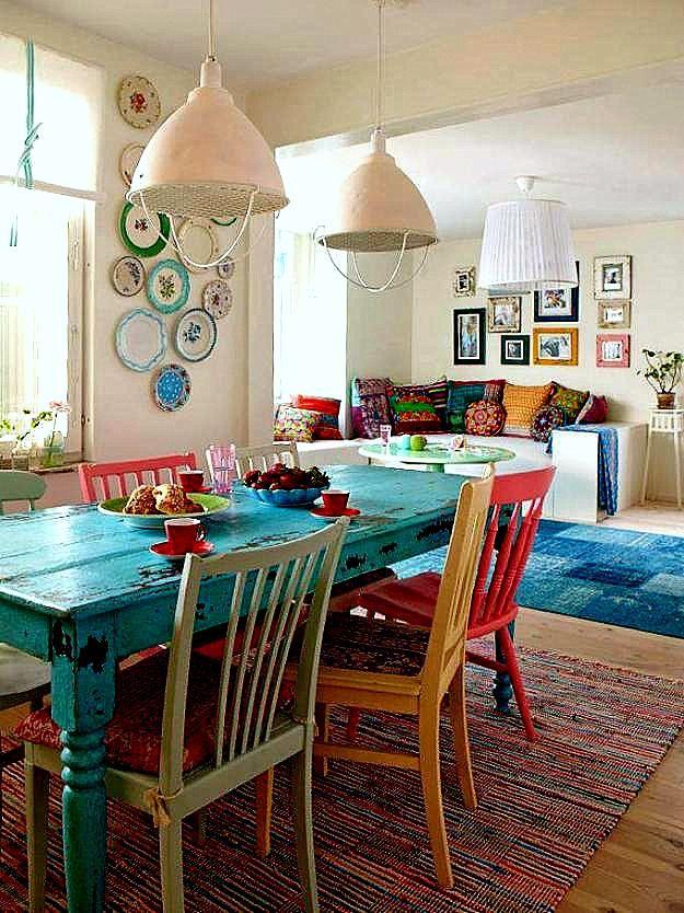 Mesa y sillas recuperadas y patinadas de distintos colores for Colores para cocina comedor
