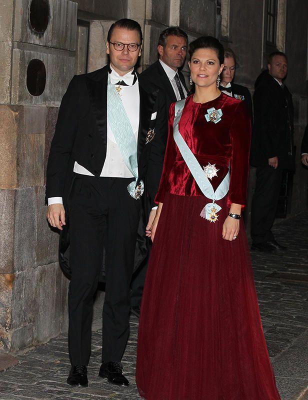 Victoria, de terciopelo rojo La princesa heredera Victoria, por su parte, eligió un vestido