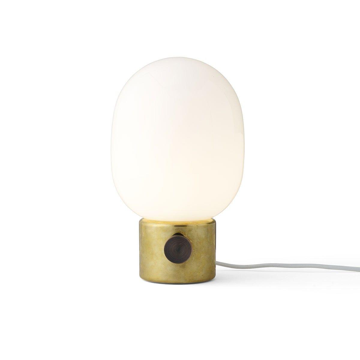 Lampe à poser Metallic JWDA - Laiton - Menu - Après ses premiers modèles en béton, le designer suédois Jonas Wagell renouvelle sa lampe à poser JWDA avec une version métallique en laiton. Derrière son look futuriste, ce luminaire d'exception mise sur des formes organiques où le verre surdimensionné de l'ampoule complète avec expressivité toute la noblesse de son socle.