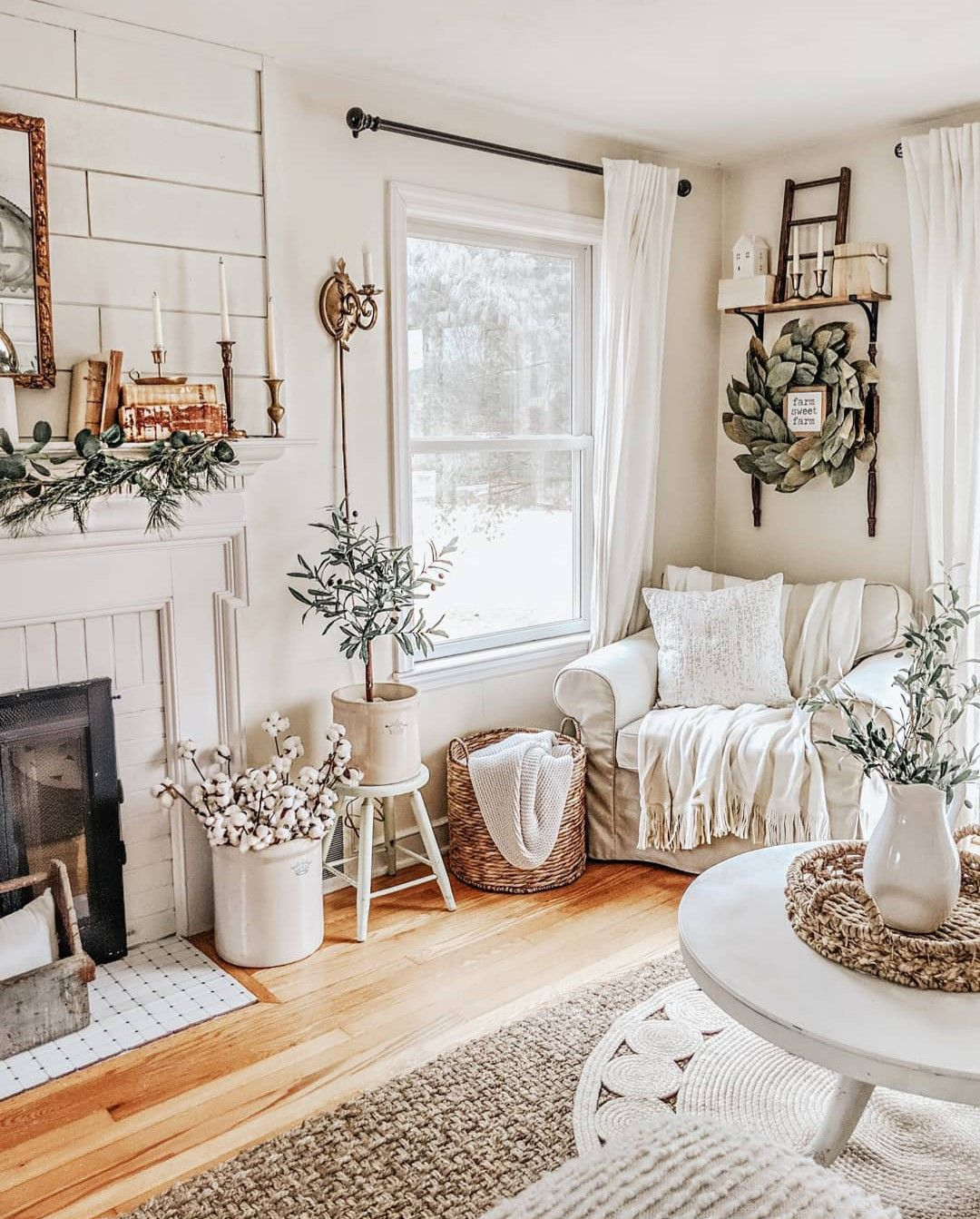 41 Inexpensive Cottage Style Living Room Furniture From: Pinterest // VANESSA RYANNE