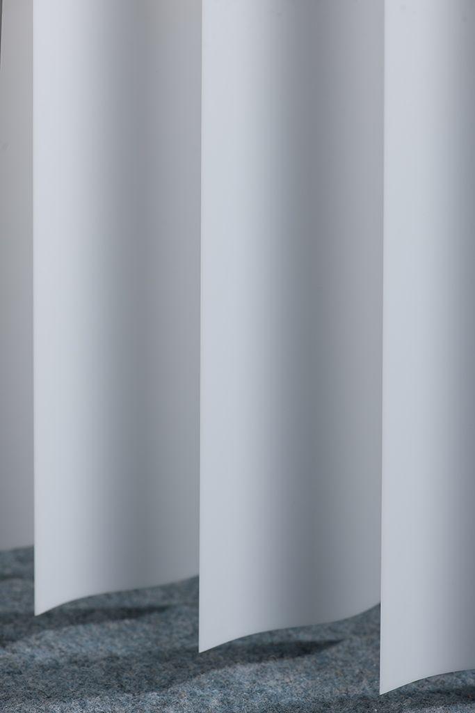 een gebogen lamel verkrijgbaar in melkglas heeft de gezellige vorm van gordijnen maar