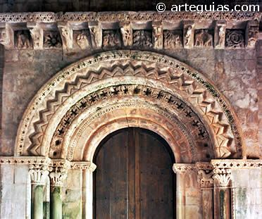 Portada de la iglesia de Santa María de Narzana en Vega de Sariego ASTURIAS
