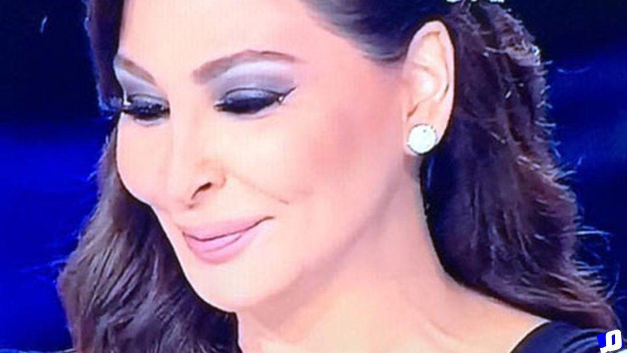 إليسا تسخر من صحفي لبناني Pearl Earrings Pearls Earrings
