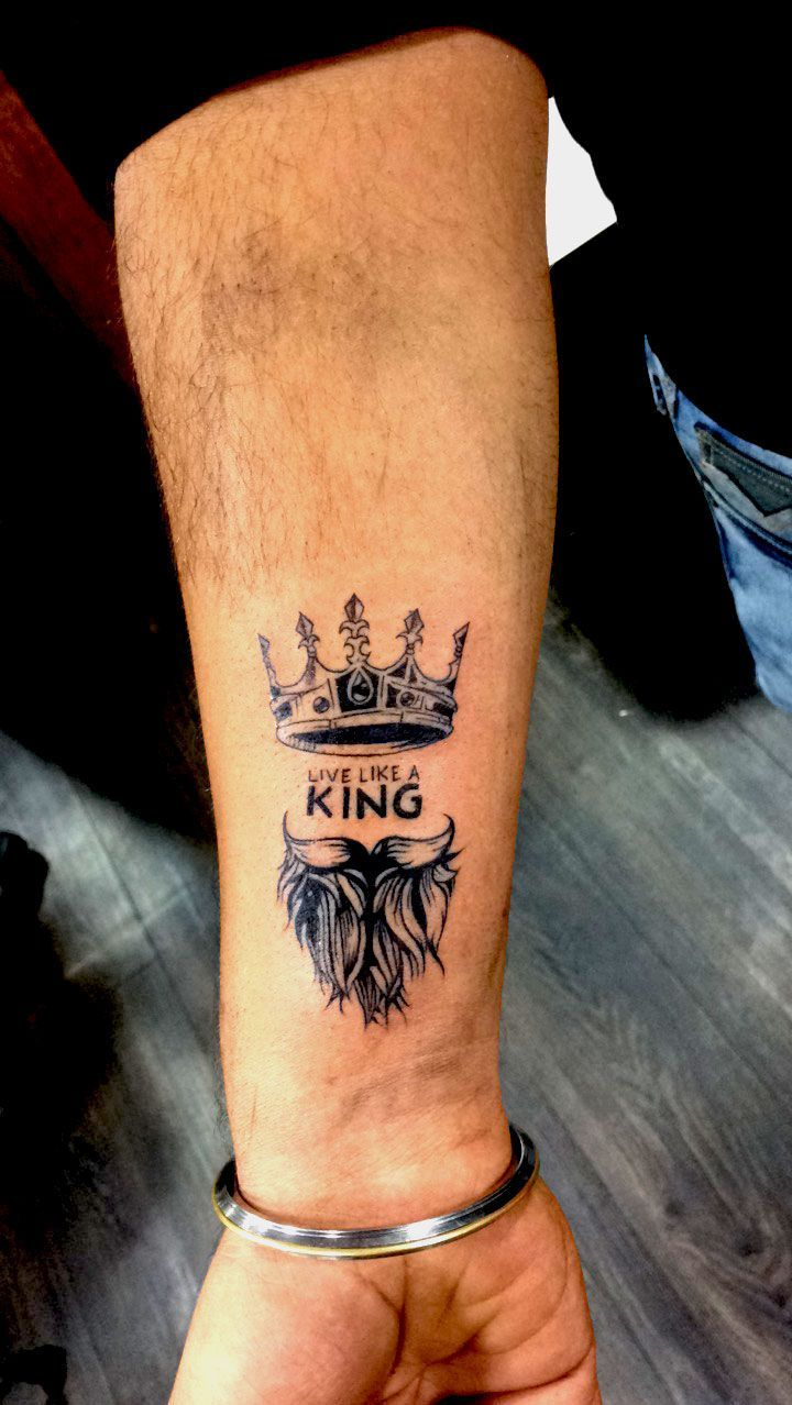Photo of Couronne tatouée sur l'avant-bras …… #biggustattoo #crowntattoo #kingtattoo…
