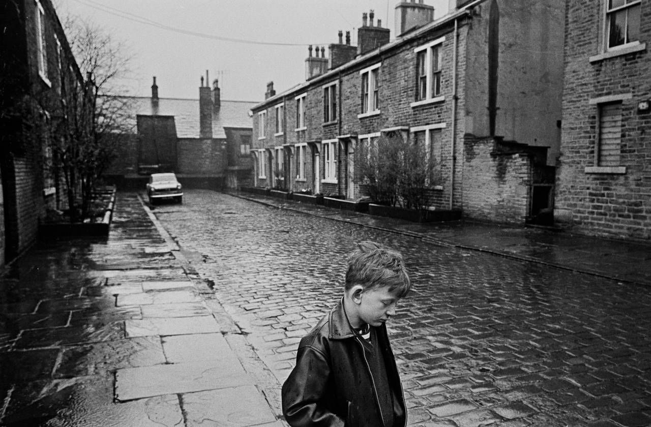 Photos Of Slum Life Bradford 1969 72 Flashbak Standing In The Rain Urban Decay Photography Slums