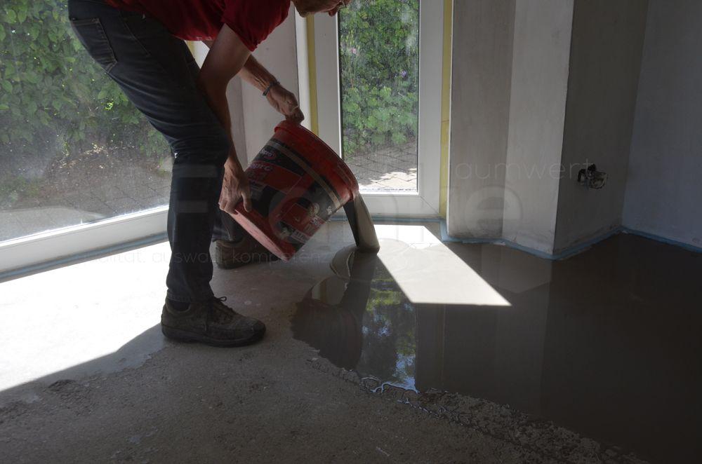 Bodenflache Vor Der Neuverlegung Ausnivellieren Bodenflache Fussbodenheizung Renovierung Ausnivellieren Ausgleichen Ausgleichsmasse Fliesenverlegung Boden