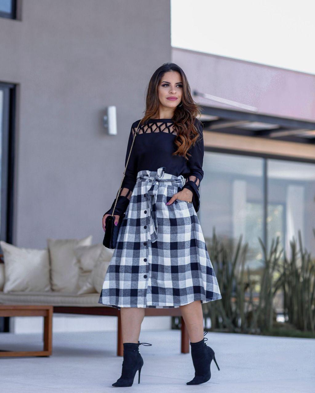 bee0ef270 Saia midi xadrez preto e branco. Possui bolsos frontais verdadeiros e faixa  para amarraçaoa na