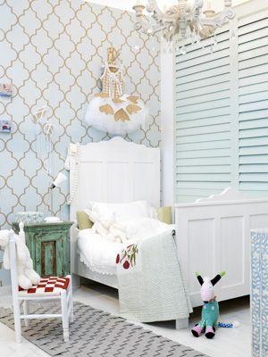 witte kinderkamer met shutters wat een leuk behang zeg