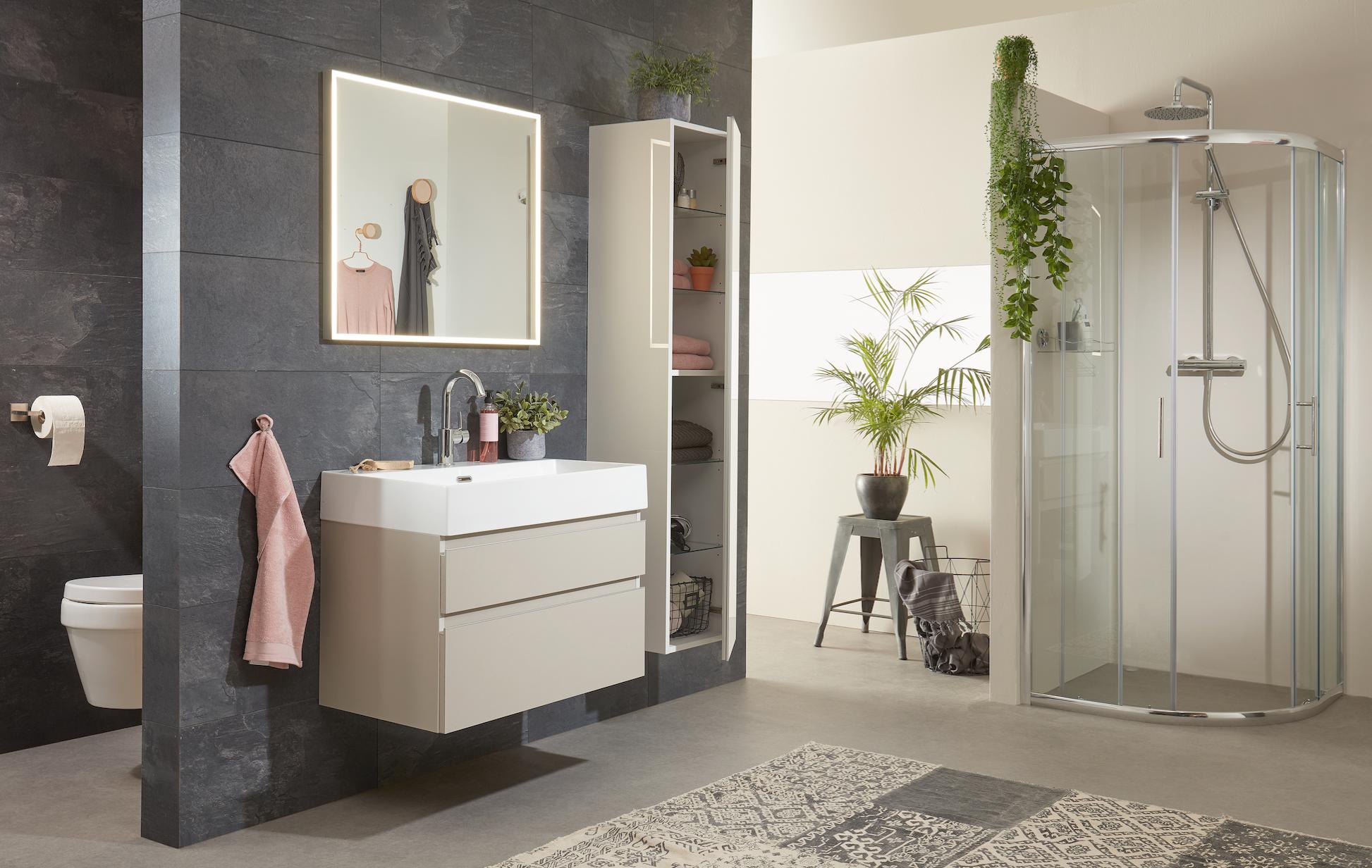 Nieuw bij Bruynzeel, de Roma badmeubelserie! Een tijdloze meubelserie met kenmerkende, moderne eigenschappen. De keramische wastafel heeft een hoge dunne rand en de aluminium greeplijsten garanderen de moderne woonstijl.