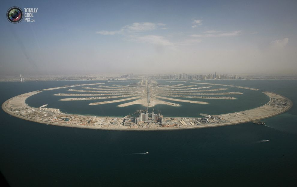 An aerial view of the man-made palm tree-shaped islands in Dubai September 7, 2007. REUTERS/Ahmed Jadallah