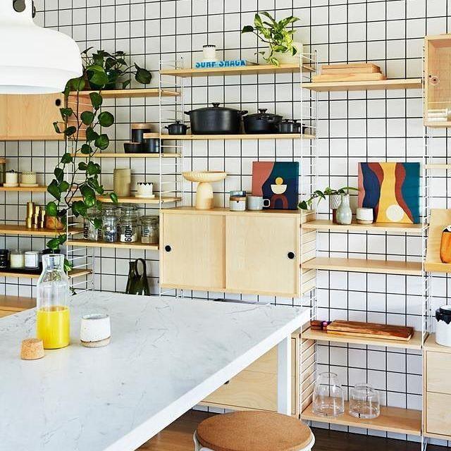 modernes küchenregal mit offenen und geschlossenen
