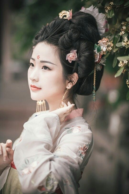 Awesome hairstyle with elegant flow of delicates.