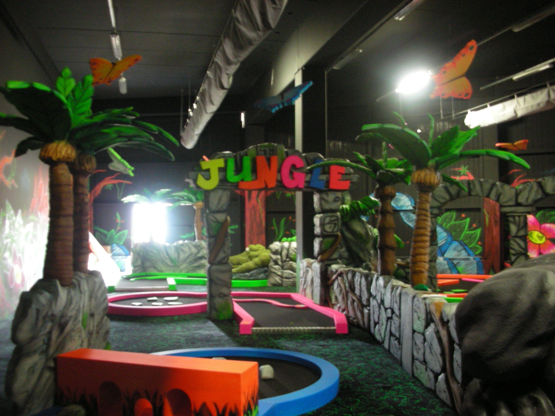 """Play Mart - Minigolf glowing in the dark a tema """"Jungla"""" (particolare: ingresso e insegna colorata)"""