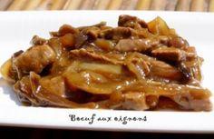 Boeuf aux oignons 3 beefsteaks (Bavette, tranche à braiser...) 1 filet d'huile 3 c à soupe de sauce de soja 2 gros oignons 1/2 cube de bouillon de boeuf 1 c à café de maïzena