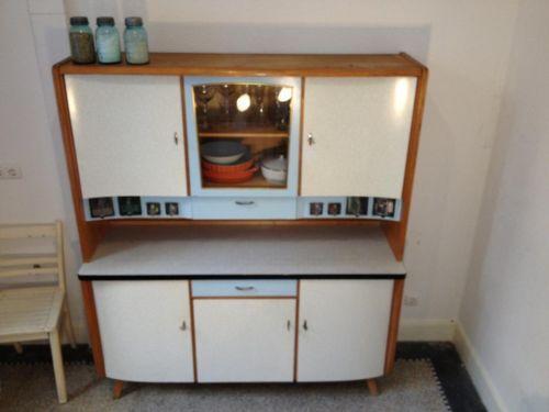 Ein sehr eleganter und schlichter Küchenschrank, der doch mit viel
