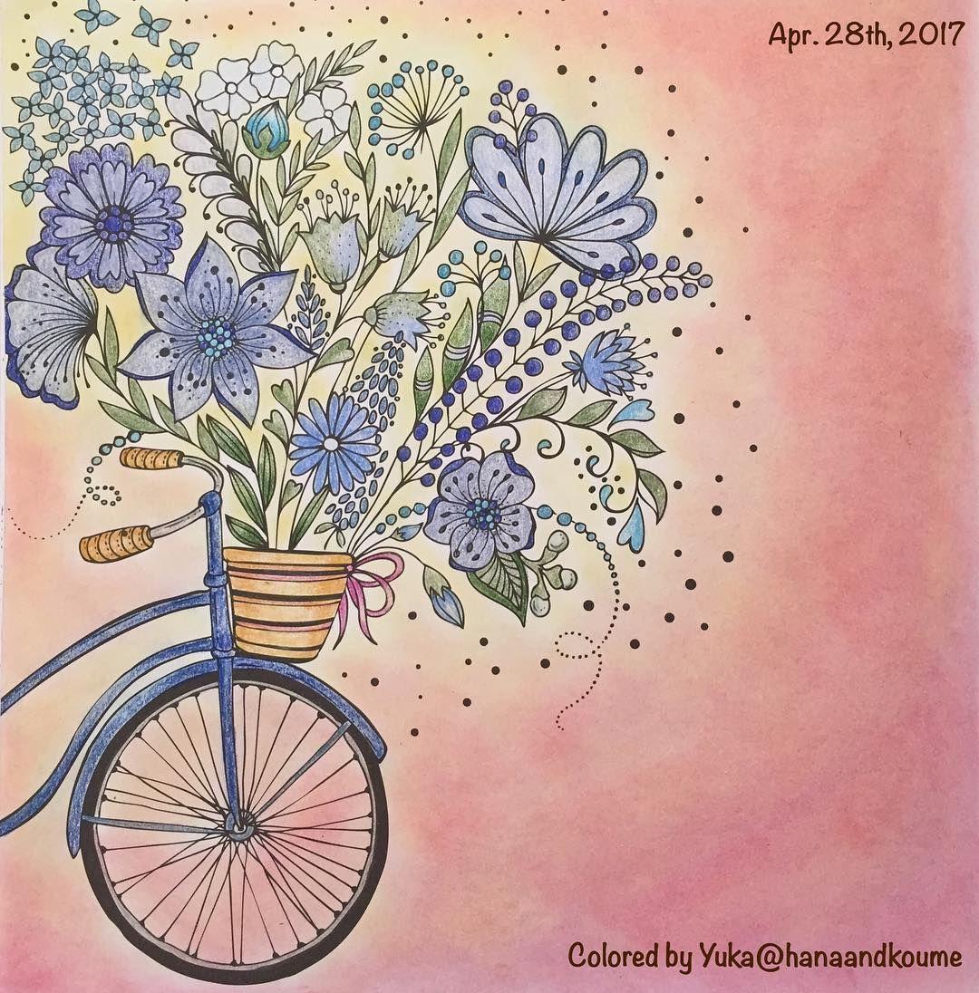 自転車とカゴいっぱいの花。 花の種類が多いのでまとまり悪くならないようにするため、青しばりに挑戦。花が寒色なので、春感が出るように背景パステルで華やかに。なったかな⁈  #meinfrühlingsspaziergang #ritaberman #coloringbook #coloriage #大人の塗り絵 #色辞典#prismacolor #holbein #ダイソーパステル