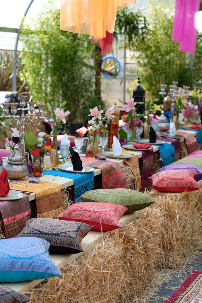 Photo of 1001 nattfest, orientalsk dekorasjon, halmballer, orientalske puter, lykt …