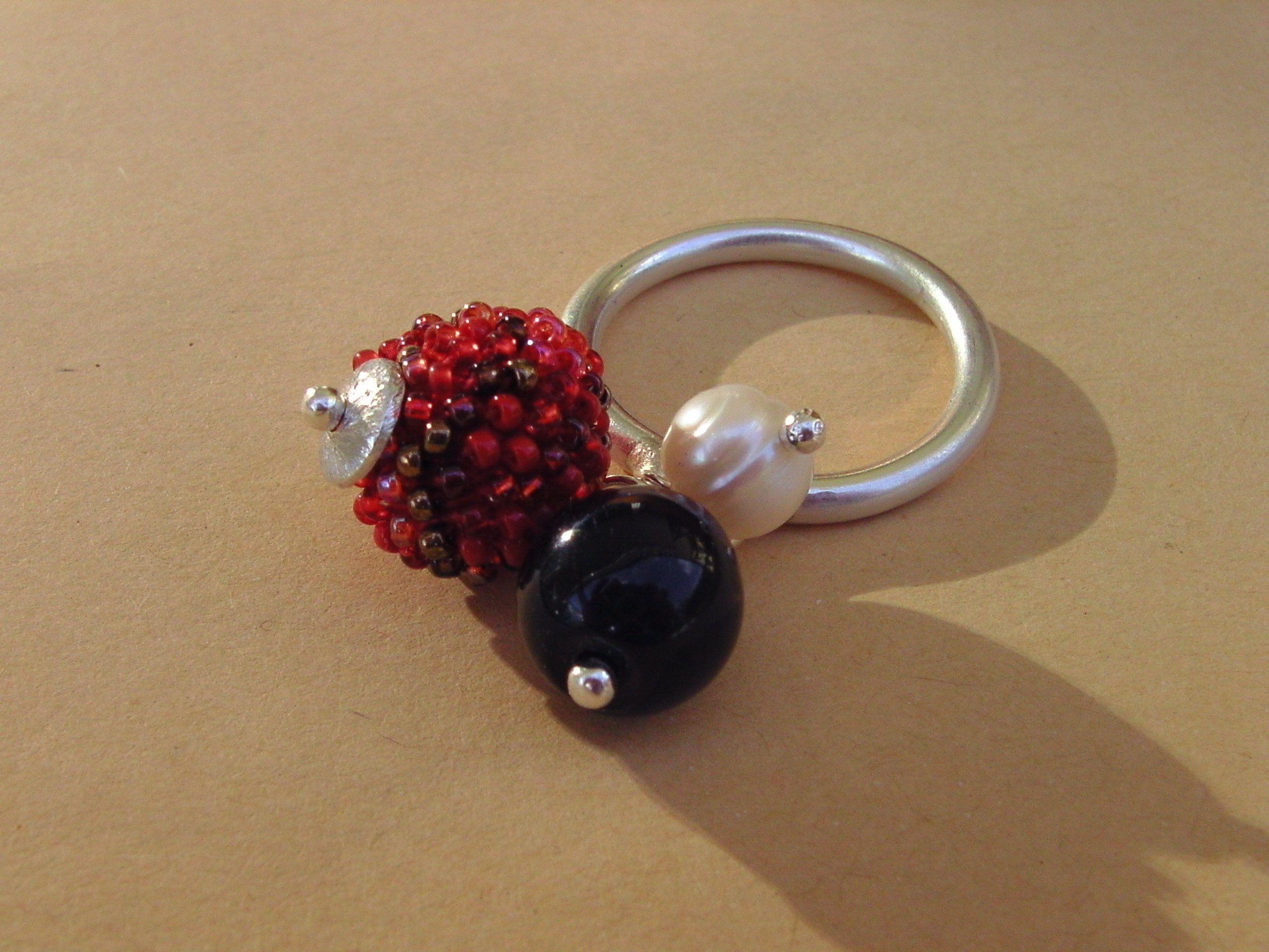 Lusyl: Gypsy-Ring handgeschmiedet aus Sterlingsilber mit Häkelperlenkugel, Onyxperle und Zuchtperle