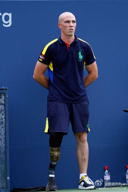 """今年美國網球公開賽出現了一位特殊的球童,他叫Ryan McIntosh,23 歲,曾經是美國大兵,在阿富汗服役時,失去了一條腿。""""我並不認為自己有身體缺陷,我什麼都想嘗試,我要過最完整的生活。""""大家來給他鼓掌吧~~~~"""