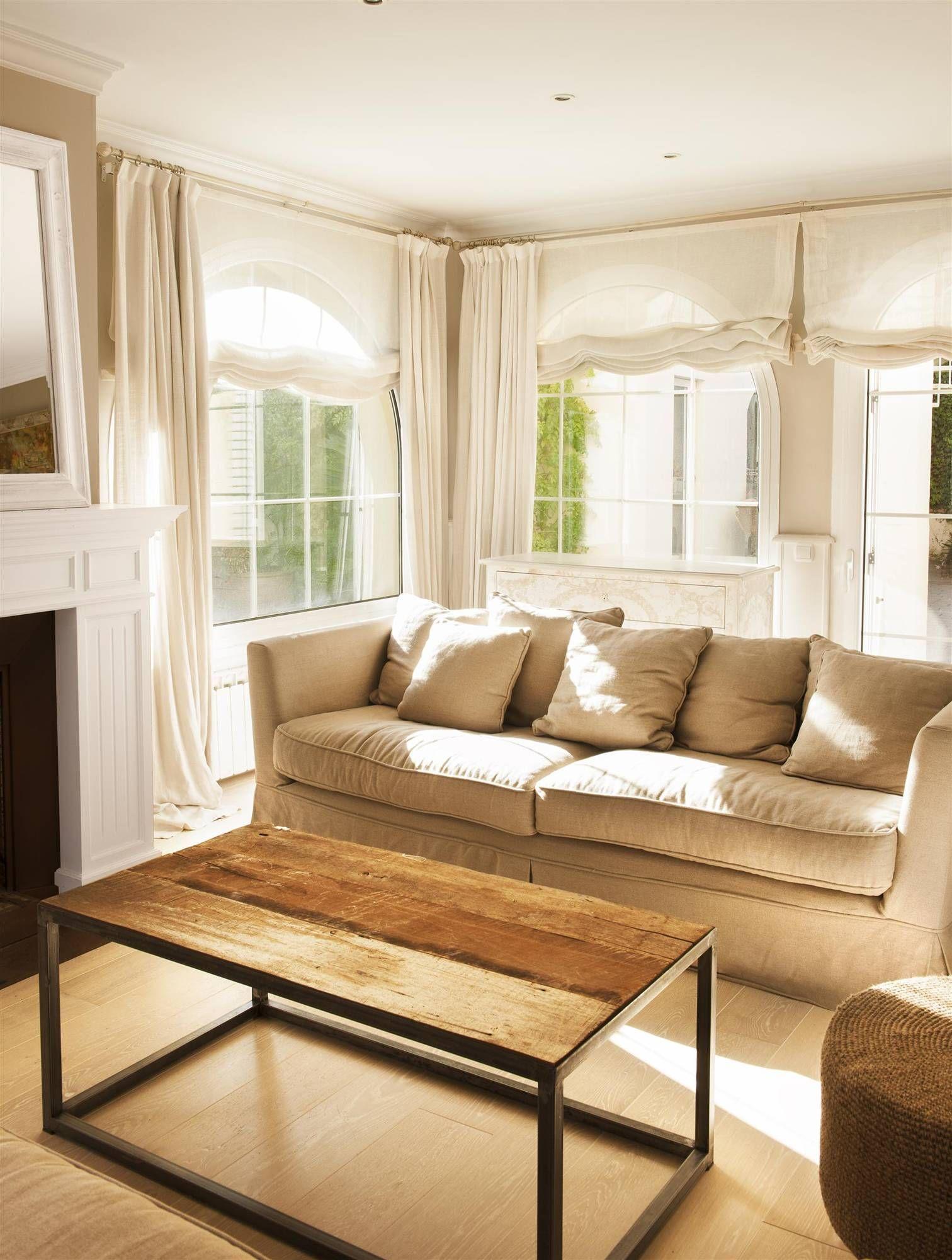 Salón neutro con sofá beige y mesa de centro sin decorar  Salones