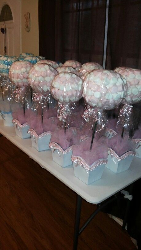 Centros de mesas bombones rosas para bautizo ni a - Como hacer centros de mesa con dulces para bautizo ...