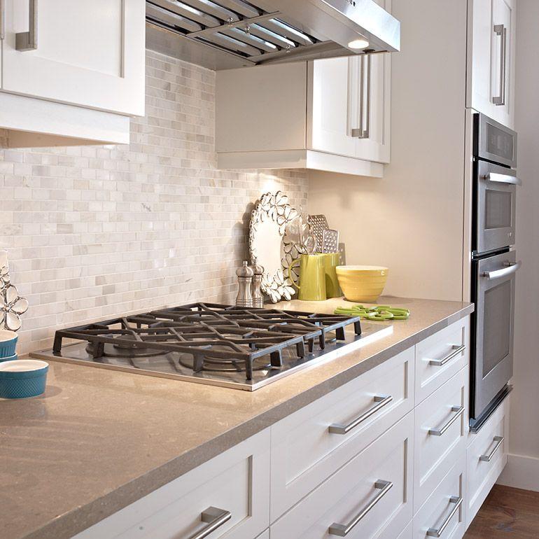 Section four et plaque encastré dans la cuisine contemporaine