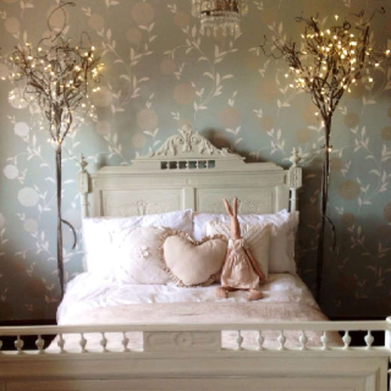 Brilliant Ways To Decorate Your Bedroom Using Old Christmas - Decorating with christmas lights in bedroom
