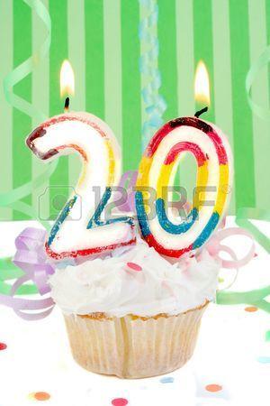 Cumpleaños 20. Cupcake con el número 20 encima.