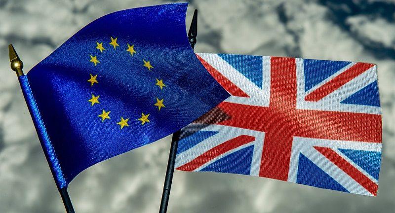 Los mercados financieros mundiales se desplomaron cuando el conteo del referéndum casi definitivo mostró una victoria para la opción de abandonar el bloque con un 51.8% contra un 48.2% a ...