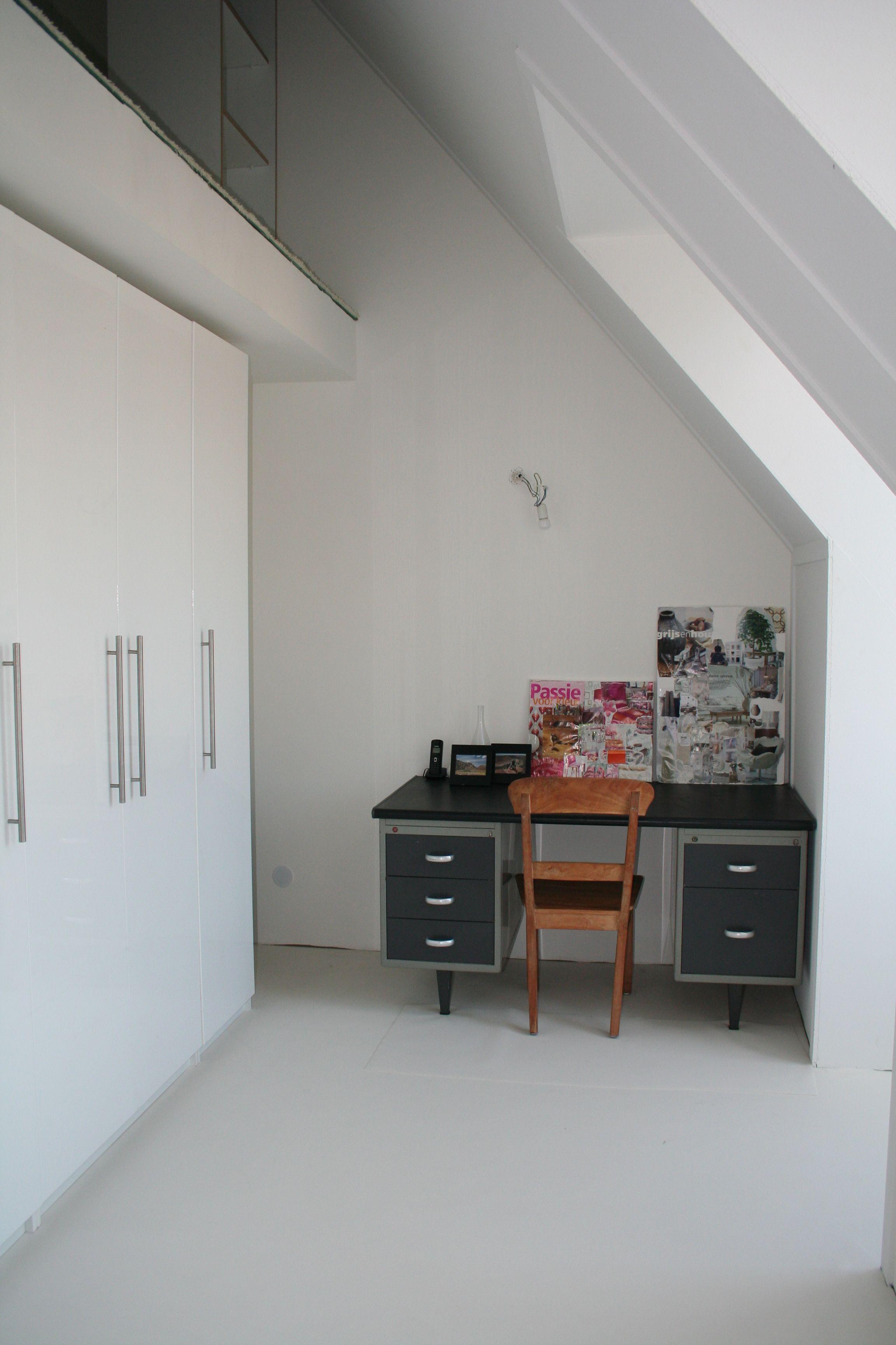 Werkkamer (lang geleden ;) met links bovenin de vide/slaapkamer ...