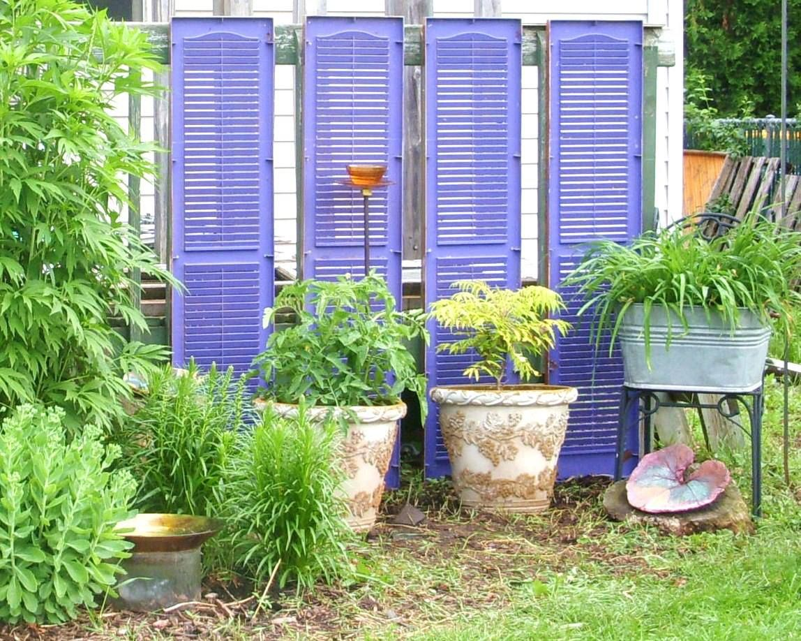 Great use of old shutters as a garden decoration! A very unique idea ...