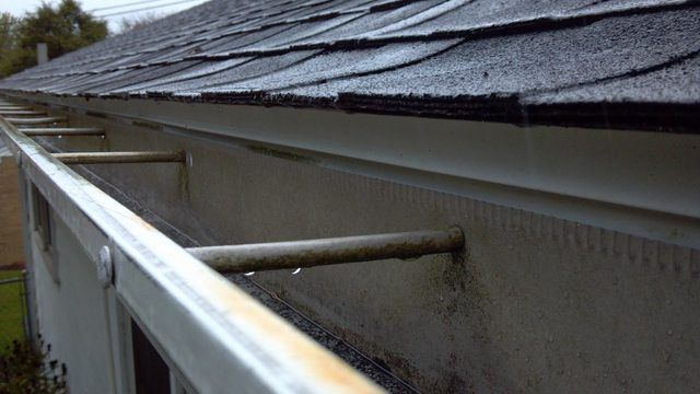 How Can I Prevent Water From Getting Behind The Gutter Home Improvement Stack Exchange With Images Seamless Gutters How To Install Gutters Gutter