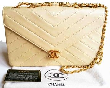 7a5c1715f48f12 Get one of the hottest styles of the season! The Chanel Vintage Chevron  Double Chain Shoulder Bag is a top 10 member favorite on Tradesy.