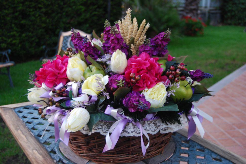 CESTONE Giulietta - PatriziaB.com Composizione primaverile di ortensie, tulipani, narcisi e altri fiori in stoffa, nelle calde tonalità del viola, magenta e glicine