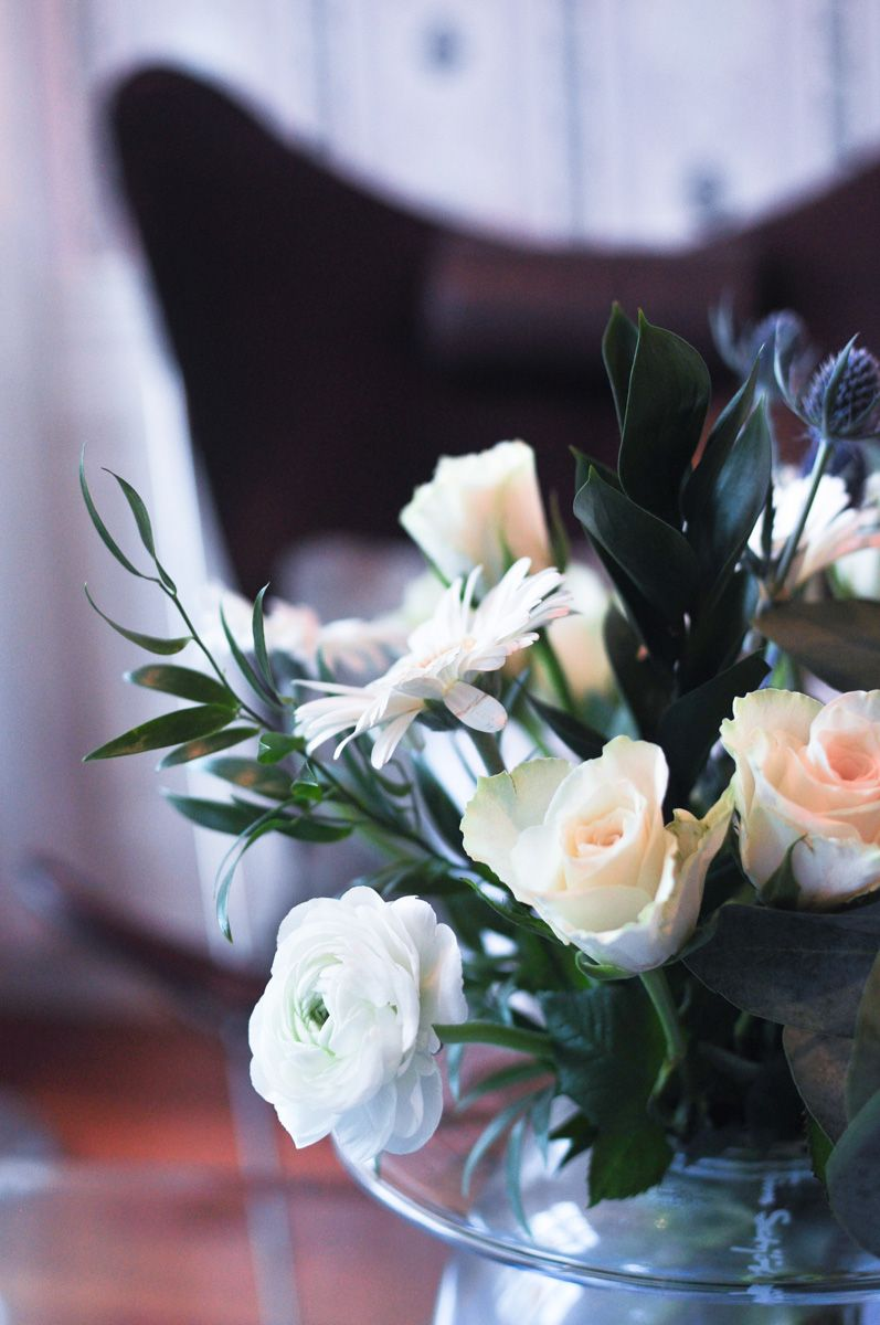 Blomsterbukett i hvitt, litt blått og grønt