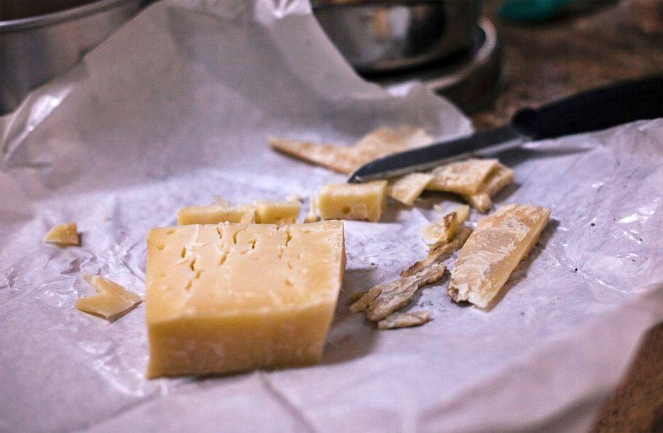 Cómo envolver el queso para conservarlo en la nevera