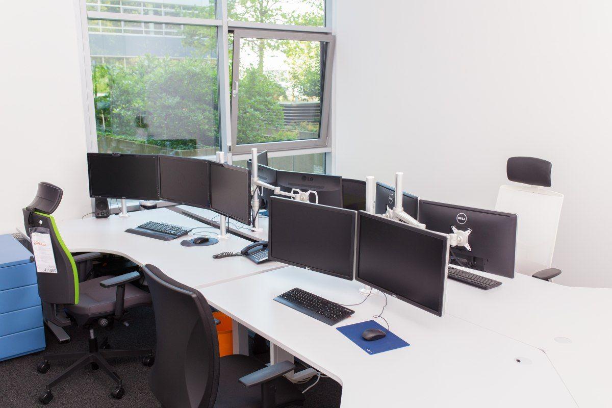 Ein 4er Büro mit Freiformschreibtischen, mit beschichteten ...