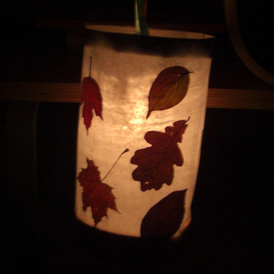 St. Martin, St. Martin, St. Martin und damit wir das Ereignis erhellen muss eine Martinslaterne mit getrockneten Blättern gebastelt werden. #martinslaternebasteln