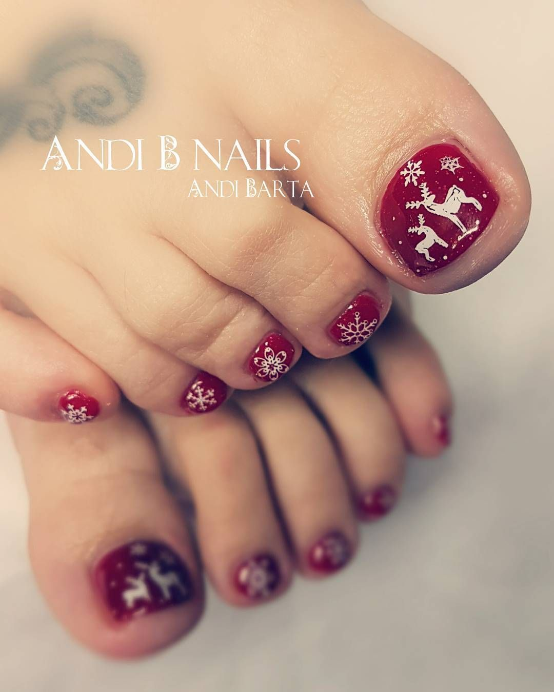 60 Pretty Christmas Toe Nail Designs For Holiday Blurmark Christmas Nails Christmas Toes Toe Nails