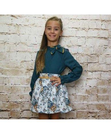 bb20310cc Conjunto de niña compuesto por camisa v¡de color verde botella y falda  floreada de