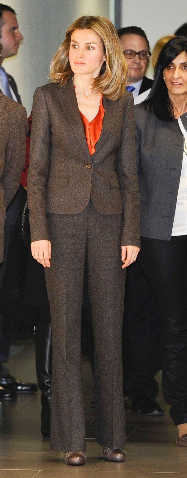 El traje no es nuevo. Doña Letizia ya lo había llevado otras veces, como ocurrió en el Salón Internacional del Libro Infantil, en enero de 2012, cuando lo combinó con una blusa de seda naranja.