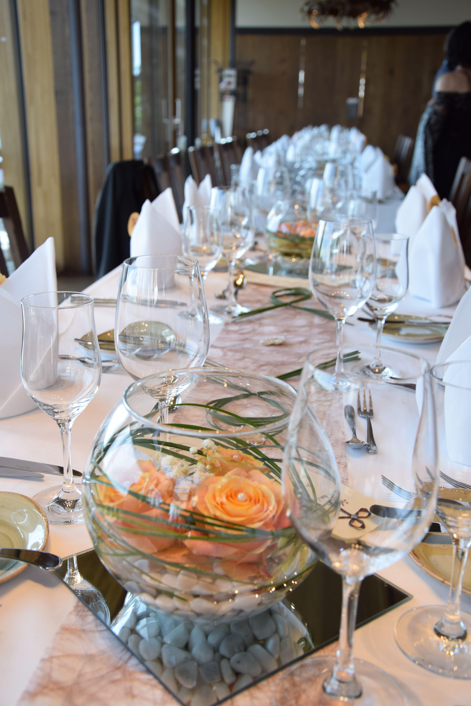 tischdeko für hochzeit: kugelvasen mit rosen/steckperlen und, Hause ideen