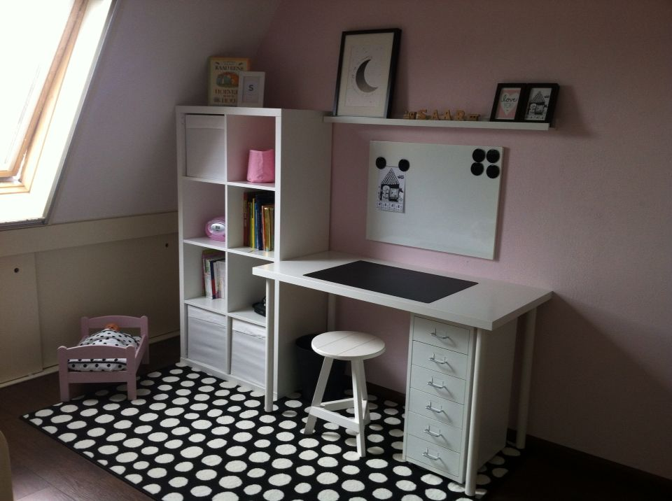 ikea bureau en kallax kast meisjeskamer pinterest bureaus ikea en kast. Black Bedroom Furniture Sets. Home Design Ideas