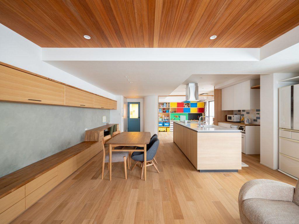 蝶の家 Ldk ラワンの天井 木の天井 アクセントカラー テレビ