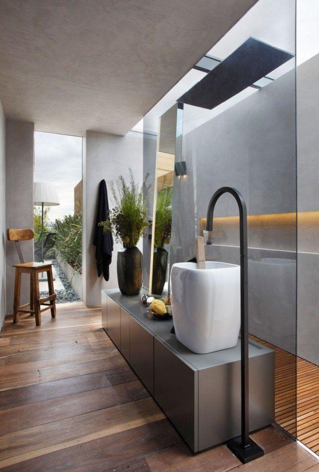 salle de bain esprit zen avec plancher en bois et vasque extraordinaire