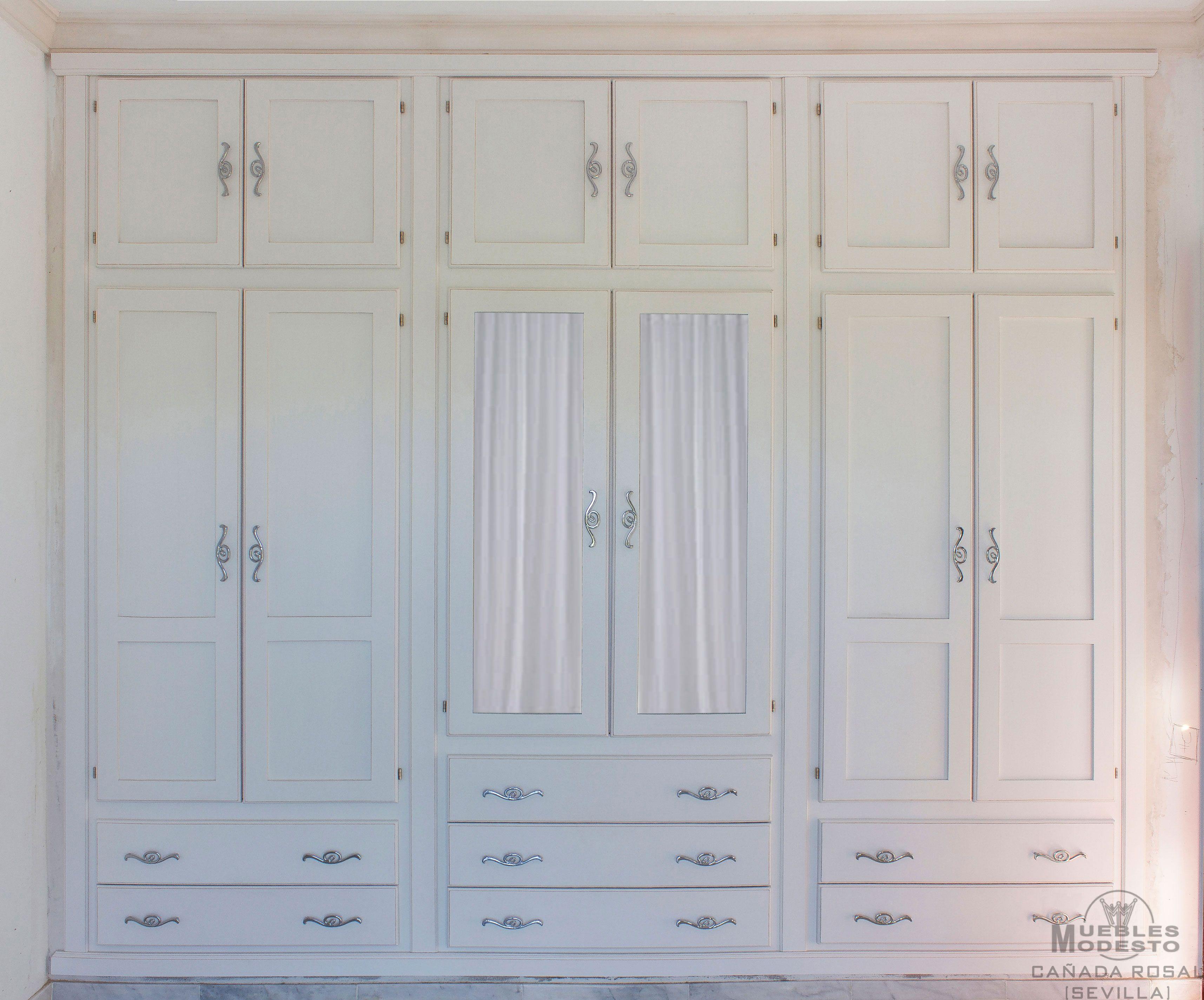 Armario empotrado a medida en color blanco con los filos desgastados puertas abatibles con - Puertas de cristal para armarios ...