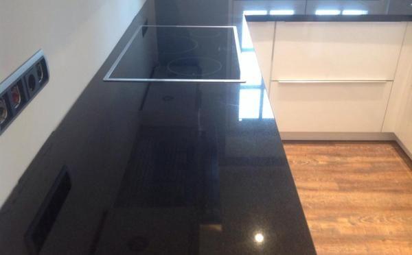 Glänzende Arbeitsplatte aus dem Granit Nero Assoluto! MAAS GmbH - arbeitsplatten granit küche